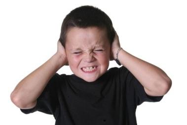 niño tapandose oidos